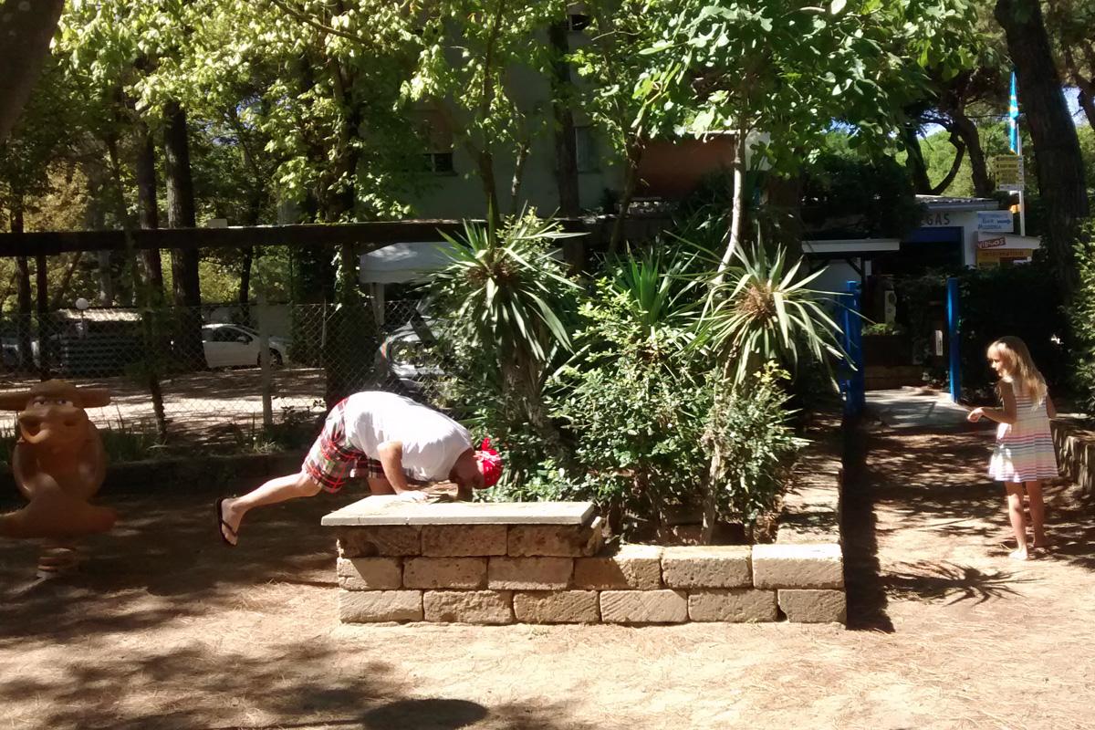 И ловля ящериц на детской площадке.